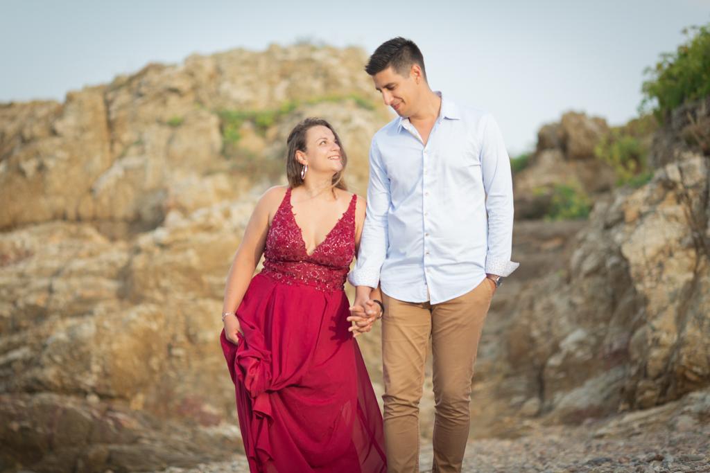 un couple de futurs maries se promène et se regarde sur la plage des Issambres pendant leur seance d'engagement. Photo prise par Myriam Ohayon Photographe