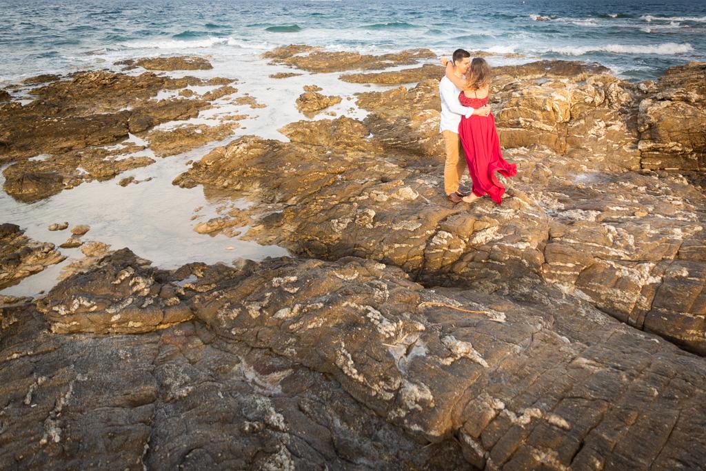 Un couple s'enlace pendant sa séance d'engagement sr la plage des Issambres (Roquebrune-sur-Argens, Var). Photo prise par Myriam Ohayon Photographe