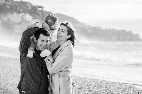 Un couple et son bébé de 9 mois se font prendre en photo sur la plage de Nice.