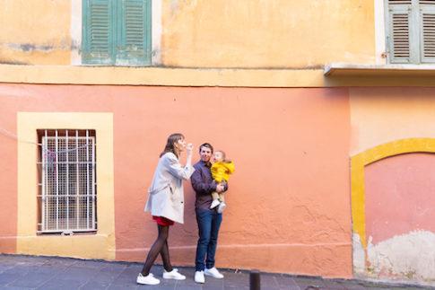Un couple et son bébé de 9 mois posent dans les ruelles du Vieux-Nice pour une séance photo en famille.