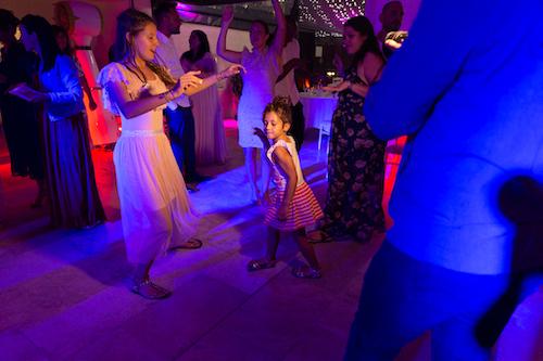 une petite fille danse lors d'une soirée de mariage. Photo prise par Myriam Ohayon Photographe