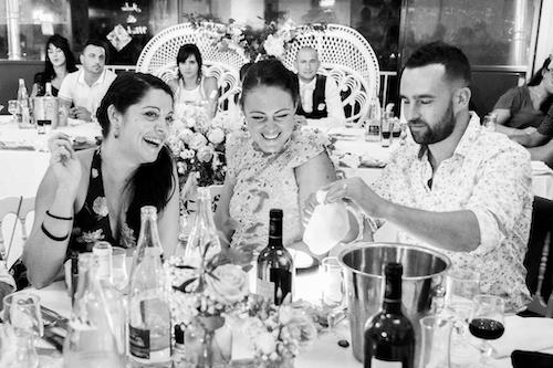 photo d'invités à un repas à table lors d'un mariage. Myriam Ohayon Photographe