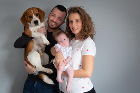 Photo de famille avec papa maman bébé et le chien. Photo prise par Myriam Ohayon Photographe à Pégomas