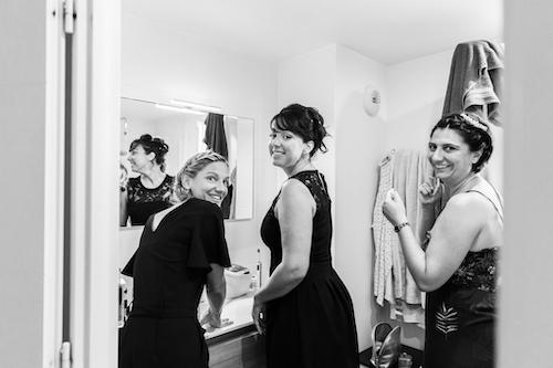 une mariee se prépare avec ses témoins pour son mariage à Nice. Photo prise par Myriam Ohayon Photographe