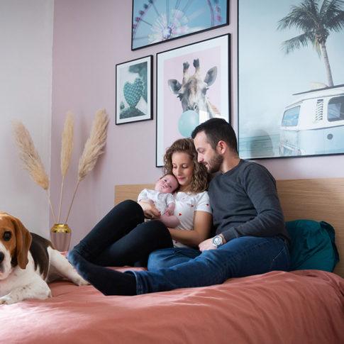 portrait d'une famille à l'occasion d'une séance photo naissance : le papa, la maman, le bébé et le chien beagle. Photo prise par Myriam Ohayon Photographe à Pégomas