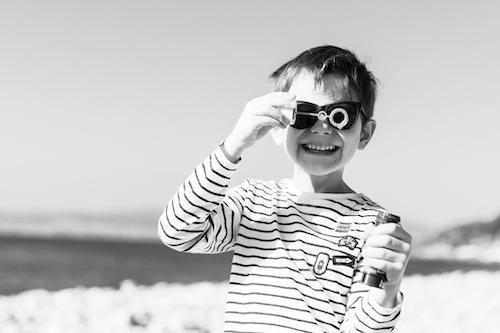 Un garçon de sept ans fait des bulles sur la plage de Saint-Raphaël lors d'une séance photos en famille.