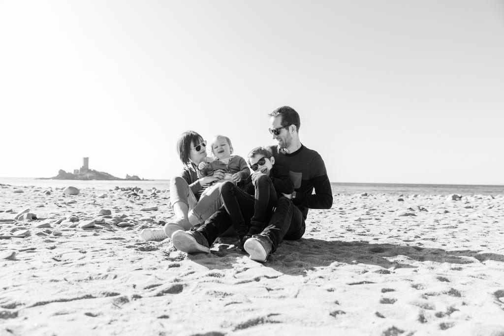 Photo de famille à 4 en noir et blanc sur la plage de Saint-Raphaël.