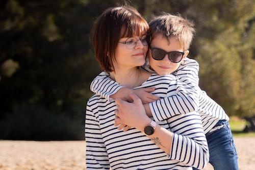 Un petit garçon enlace sa maman lors d'une séance photo en famille sur la plage de Saint-Raphaël.