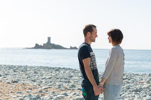 Un couple se regarde face à face sur la plage de Saint-Raphaël dans le Var. Photo prise par Myriam Ohayon Photographe.