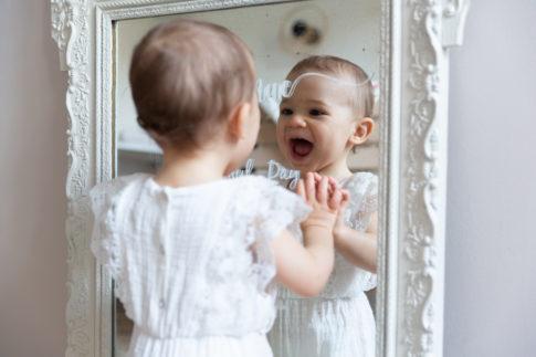 Une petite fille se regarde dans un miroir lors d'une séance Smash the cake à Pégomas. Photo prise par Myriam Ohayon Photographe