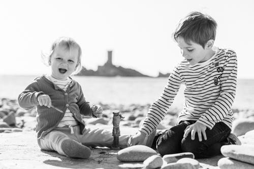Deux frères jouent sur la plage de Saint-Raphaël dans le Var lors d'une séance photo famille.