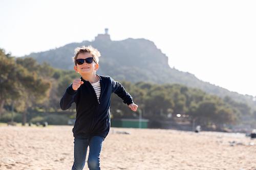 Un garçon de 7 ans court sur la plage de Saint-Raphaël lors d'une séance photo.