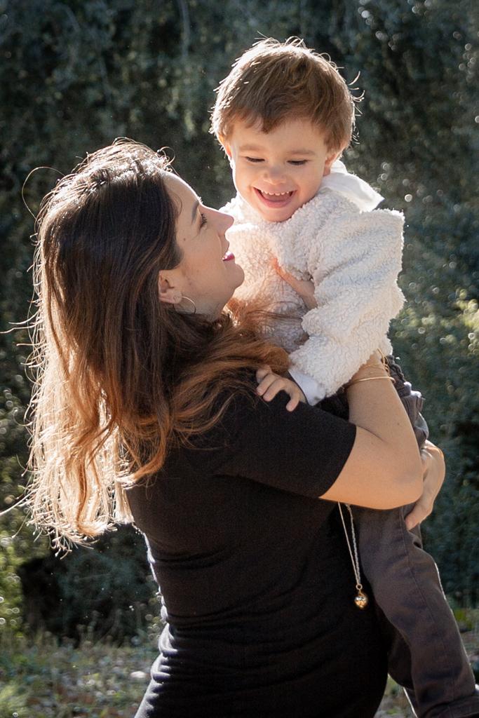 Une femme enceinte porte son enfant dans ses bras. Séance photo grossesse à Nice par Myriam OHAYON Photographe