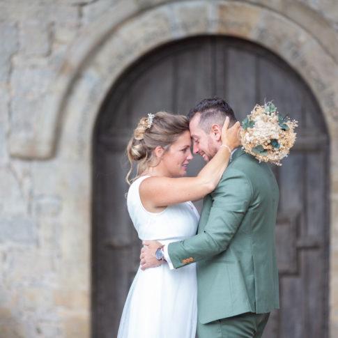 Un couple pose face à face lors de sa séance couple lors d'un mariage à l'Auberge des Pins à Tourrettes (Var)